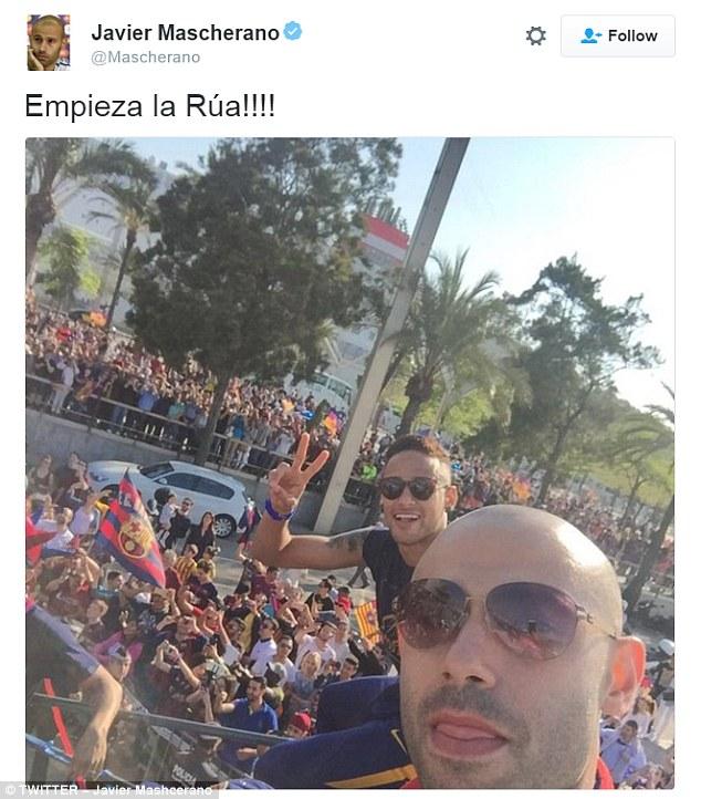 Mascherano cũng nhanh tay khoe ảnh selfie. Trong trận đấu cuối, anh dính chấn thương và không thể chơi trọn vẹn 90 phút trước Granada.