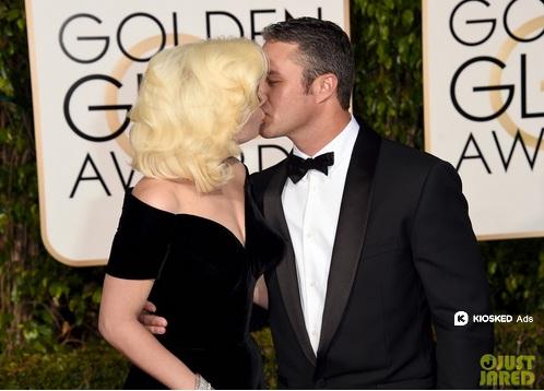 Cô và hôn phu khóa môi say đắm.