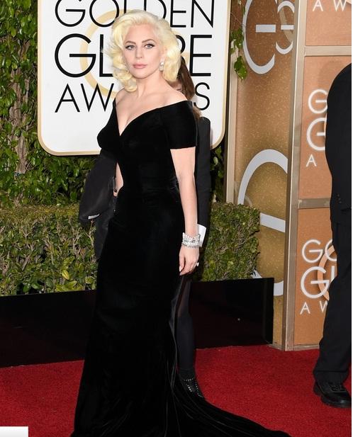 Lady Gaga tham dự Lễ trao giải Quả cầu vàng 2016 với bộ đầm đen bó sang trọng.