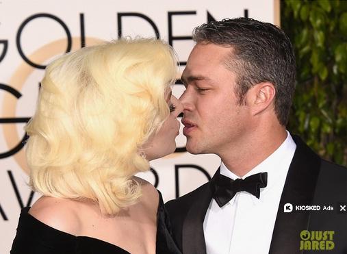 Lady Gaga cũng không ngại dành tặng nụ hôn ngọt ngào cho hôn phu trên thảm đỏ.