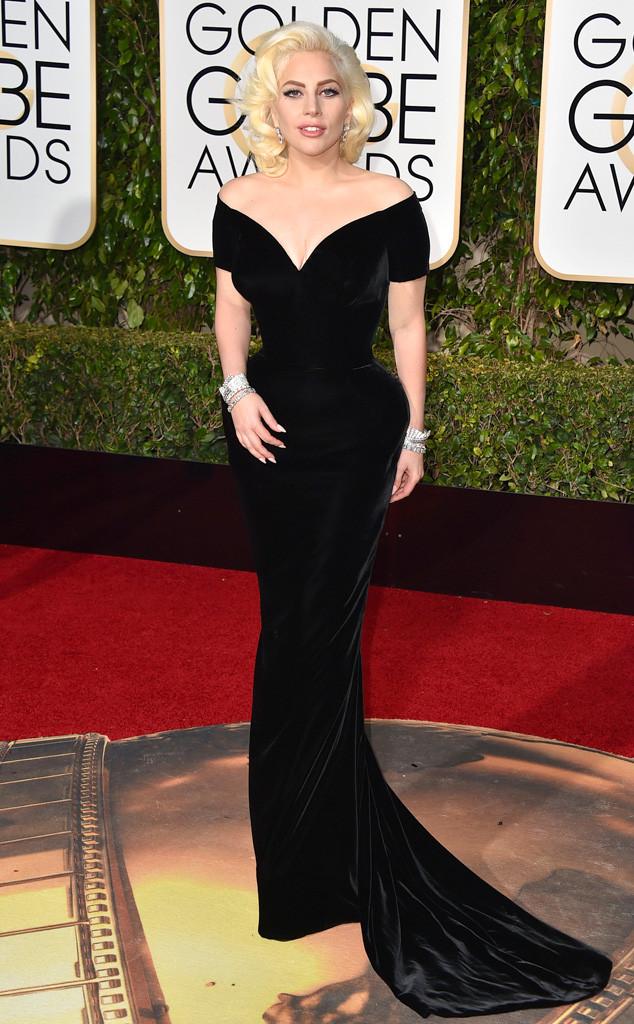 Lady Gaga khoe vòng eo con kiến và vòng ba nổi bần bật với đầm đen của Versace.