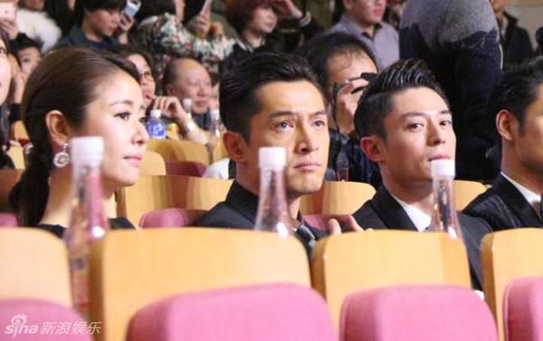 Trong các sự kiện, cặp đôi cũng liên tục vô tình ngồi cạnh nhau.