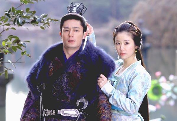 Tuy nhiên, nữ diễn viên thường xuyên đăng tải trên weibo của mình rất nhiều hình ảnh thân thiết giữa cô và Hoắc Kiến Hoa.