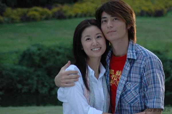 Lâm Tâm Như sinh năm 1976, hơn Hoắc Kiến Hoa 3 tuổi và có một sự nghiệp diễn xuất đình đám, kể từ sau thành công của vai Hạ Tử Vy trong phim Hoàn Châu Cách Cách.