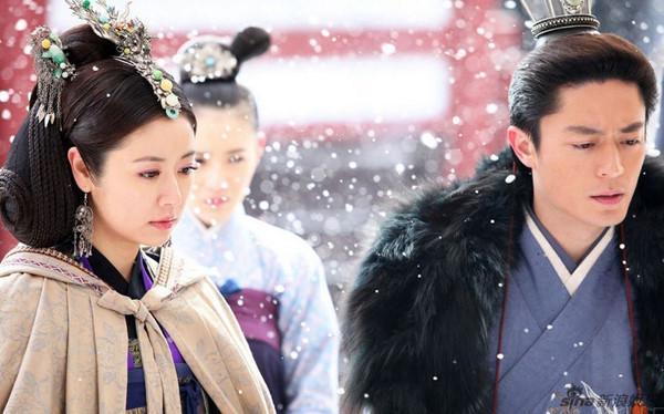 Hình ảnh chụp Lâm Tâm Như và Hoắc Kiến Hoa trong Khuynh thế hoàng phi. Thời điểm này, nhiều lời đồn hai người phim giả tình thật, song Lâm Tâm Như một mực phủ nhận.