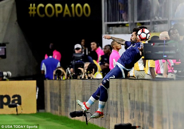 Tuy nhiên, phút 66, Lavezzi bất ngờ ngã ngửa ra phía sau hàng biển quảng cáo quanh sân.