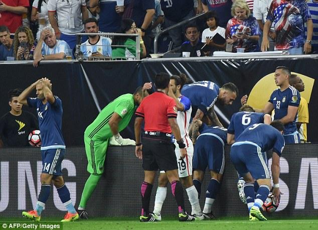 Lavezzi được các đồng đội nâng dậy nhưng có vẻ chấn thương gặp phải là khá nặng.