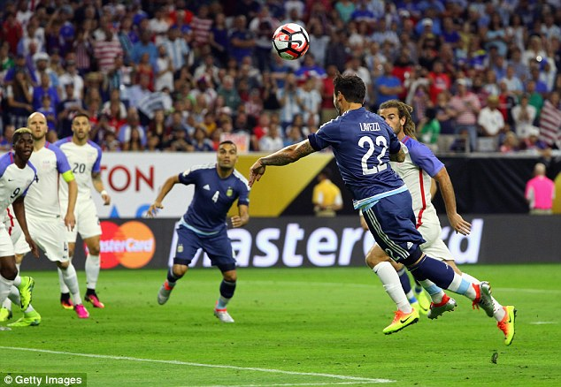 Từ đường chuyền của Messi, Lavezzi ghi bàn ngày phút thứ 4.