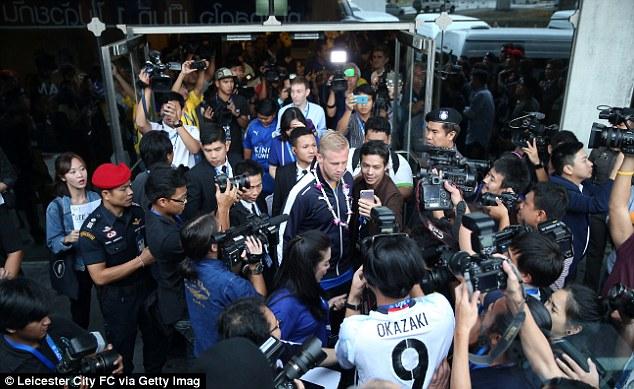 Các phóng viên, nhà báo vây kín các cầu thủ Leicester City.