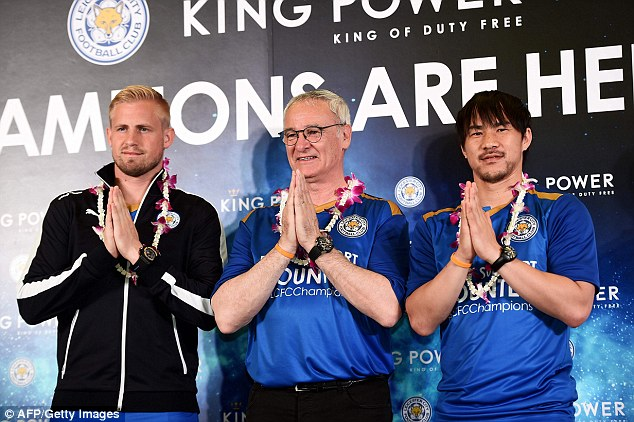 Kasper Schmeichel, Claudio Ranieri và Shinji Okazaki đáp lễ bằng cách chào truyền thống của Thái Lan.