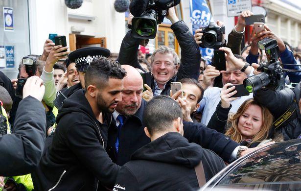 Riyad Mahrez vất vả bước ra xe riêng