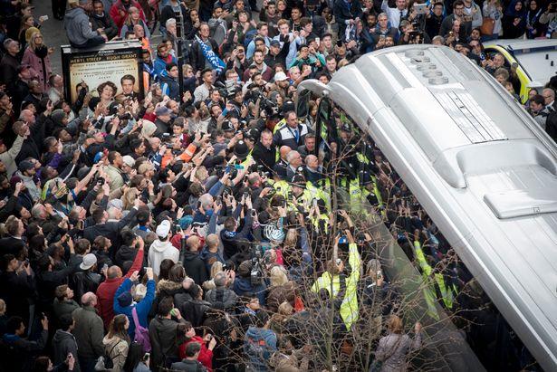 Xe bus của Leicester bị các phóng viên và CĐV quây kín