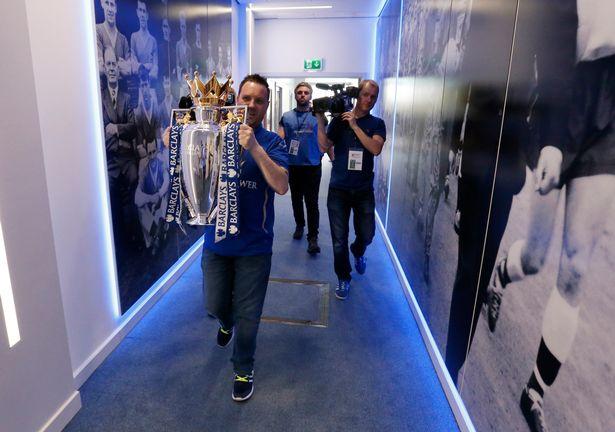 Cúp vô địch được mang ra sân King Power trước trận Leicester - Everton