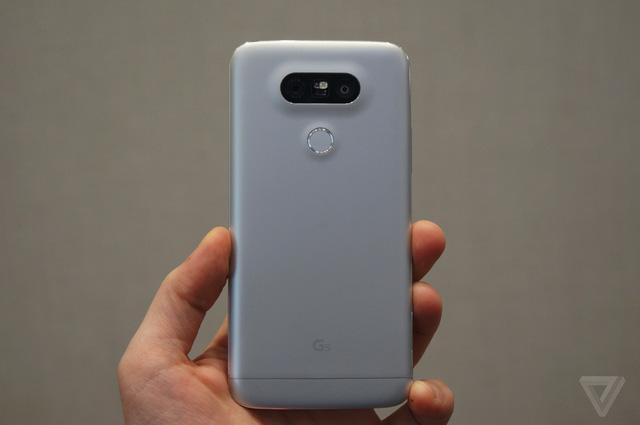 Mặt sau LG G5 nổi bật với cảm biến vân tay và cụm camera kép