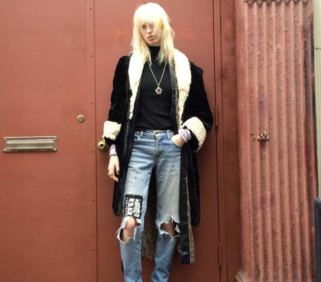 Siêu mẫu Lili Summer khoe nét tinh nghịch, phá cách với áo khoác dài và jeans rách bụi bặm.