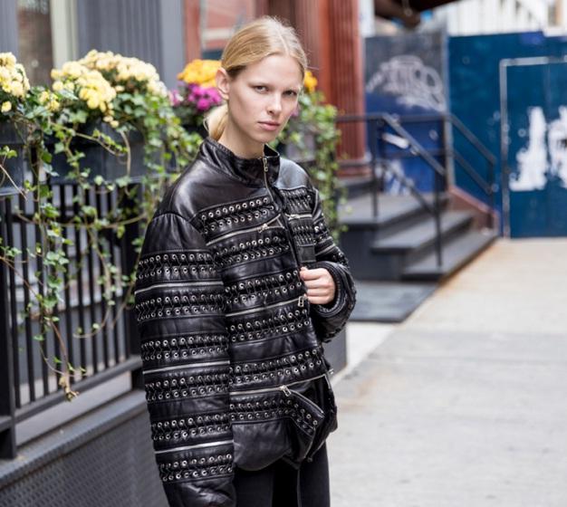 Siêu mẫu Lina Berg dù đơn giản nhưng vẫn gây sự chú ý với áo khoác đen hầm hố.