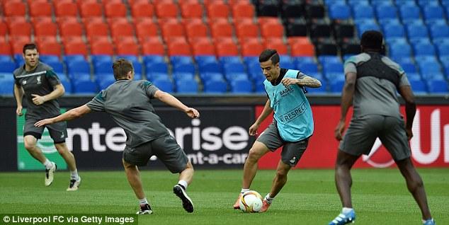 Các cầu thủ Liverpool tập luyện trước trận chung kết với Sevilla.