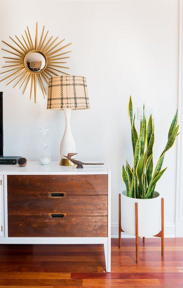 Căn hộ có nhiều đồ vật bằng chất liệu gỗ mang phong cách vintage.