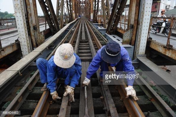 Nếu không kịp thời sửa chữa, những cây cầu đường sắt nhiều năm tuổi có thể ảnh hưởng không nhỏ đến giao thông đường sắt Việt Nam.