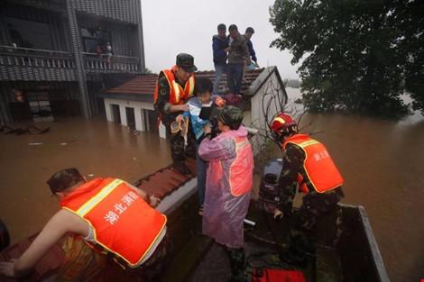 Cứu hộ người dân kẹt lụt ở tỉnh Hồ Bắc, Trung Quốc (Ảnh: AFP)