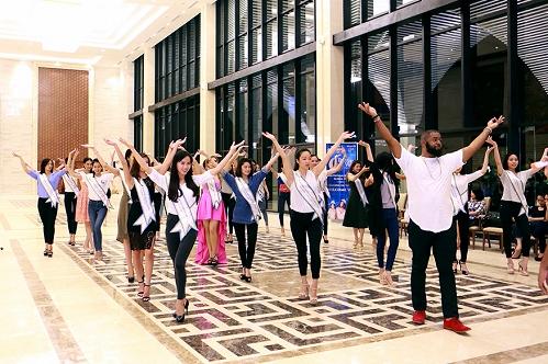 Các thí sinh tập luyện catwalk