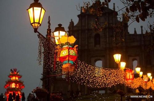 Những chiếc đèn lồng sáng rực đón chào năm mới 2016 ở Ma Cao.