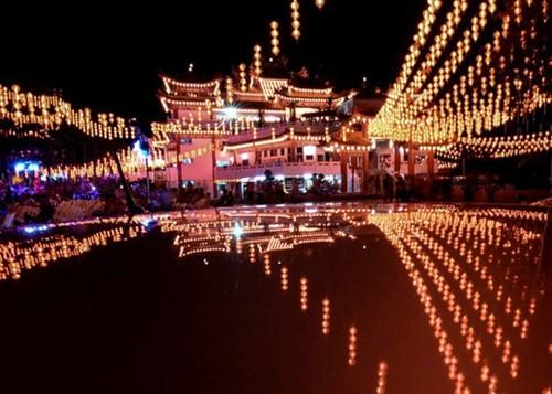 Những ngôi chùa treo đầy đèn lồng ở Kuala Lumpur, Malaysia.