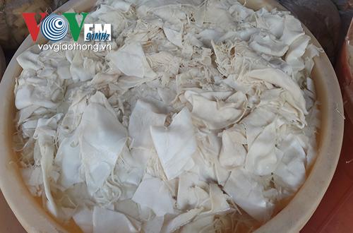Măng tươi được ngâm hoá chất tẩy trắng và tạo màu vàng ô. (Ảnh: VOV)