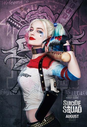 Harley Quinn là một trong những mỹ nhân phản diện đình đám nhất của DC Comics. Nữ diễn viên xinh đẹp Margot Robbie đã đưa nhân vật này lên màn ảnh rộng trong bộ phim Suicide Squad với với vẻ ngoài sexy nhưng vẫn ẩn chứa bên trong sự điên rồ của một nữ tội phạm khét tiếng.