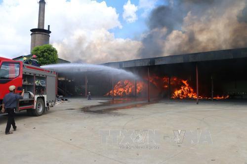 Vụ cháy bắt nguồn từ tủ điện rồi nhanh chóng bén sang khu vực để phế liệu. (Ảnh: TTXVN)