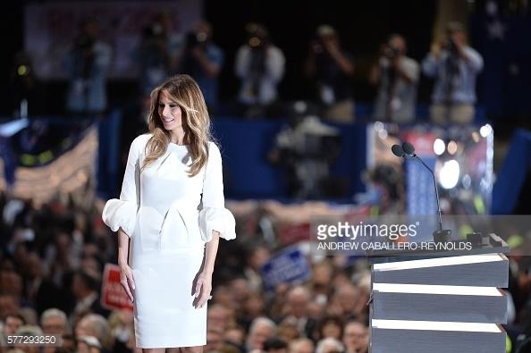 Nhờ Melania Trump, chiếc váy trắng này trở thành sản phẩm có doanh số bán khủng.