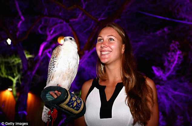Tay vợt 22 tuổi người Mỹ Nicole Melichar tươi cười dự tiệc.