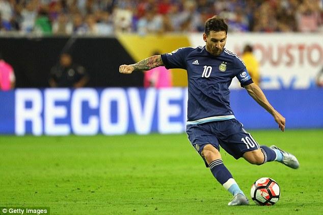 Cú đá phạt thành bàn của Messi (Ảnh: Getty Images)