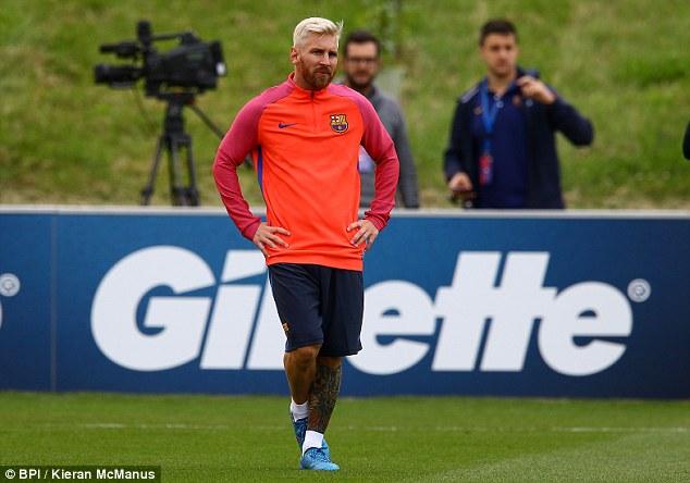 Lionel Messi phiên bản tóc bạch kim trên sân tập. Ảnh: BPI