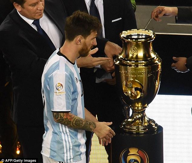 Chức vô địch vẫn mãi lẩn tránh Messi ở cấp ĐTQG.