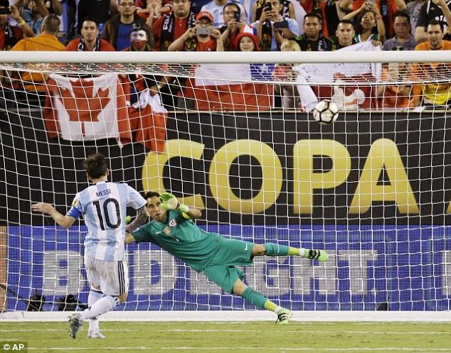 Messi bất ngờ đá hỏng panelty trong loạt sút luân lưu với Chile ở CK Copa America 2016.
