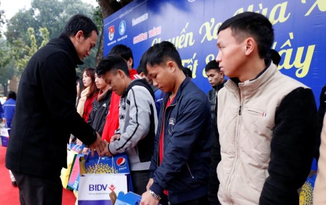 Các bạn sinh viên hoàn cảnh khó khăn được nhận các phần quà hỗ trợ từ ban tổ chức