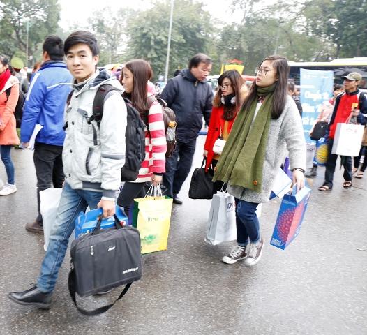 Các bạn sinh viên hồ hởi lên những chuyến xe về quê ăn Tết
