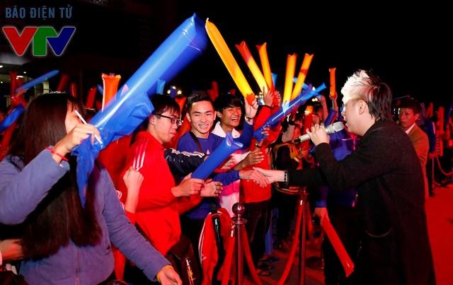Nam ca sĩ Minh Vương giao lưu cùng khán giả