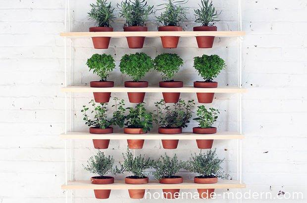 Mảng tường ban công sẽ sinh động hơn khi bạn đặt những chậu cây xinh xắn trên giá treo đơn giản như hình vẽ.