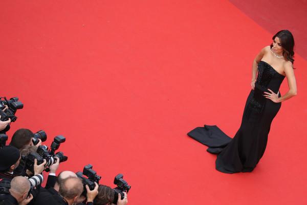 Eva Longoria - ngôi sao của bộ phim truyền hình nổi tiếng Những bà nội trợ kiểu Mỹ - tạo dáng trước một rừng ống kính.