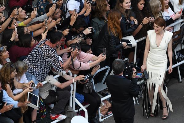 Nữ diễn viên từng giành tượng vàng Oscar Julianne Moore trò chuyện với người hâm mộ.