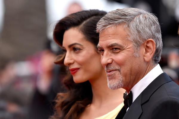 Và có vẻ như điều George là hoàn toàn đúng. Anh luôn nắm chặt tay Amal trong suốt thời gian sự kiện diễn ra và dành cho cô những cái nhìn đầy ngọt ngào. Nụ cười hạnh phúc cũng luôn xuất hiện trên môi George.