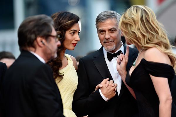 Bạn thấy đấy, anh ấy nhìn thẳng ống kính và tay vẫn nắm chặt tay vợ.