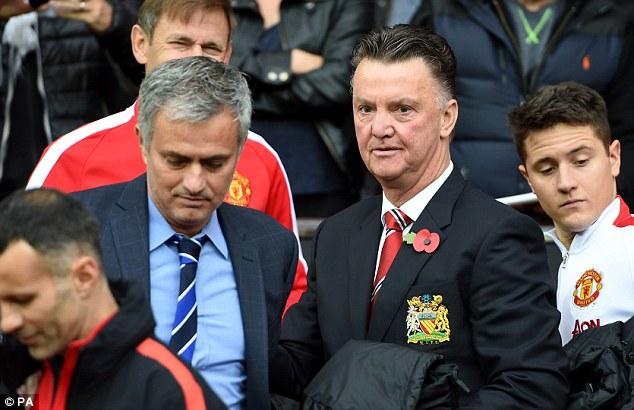 HLV Van Gaal (phải) sắp nhường chỗ cho người trợ lý cũ Mourinho?