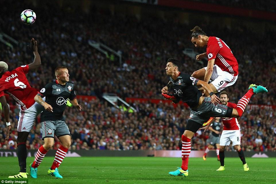 Ibrahimovic đánh đầu mở tỉ số