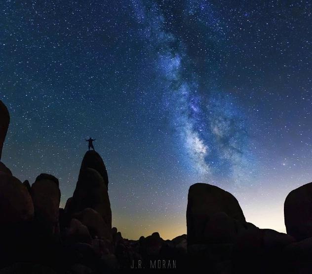 Khoảnh khắc khiến bất kỳ ai cũng phải ghen tị! Bức ảnh được chụp tại Vườn quốc gia Joshua Tree ở Mỹ.