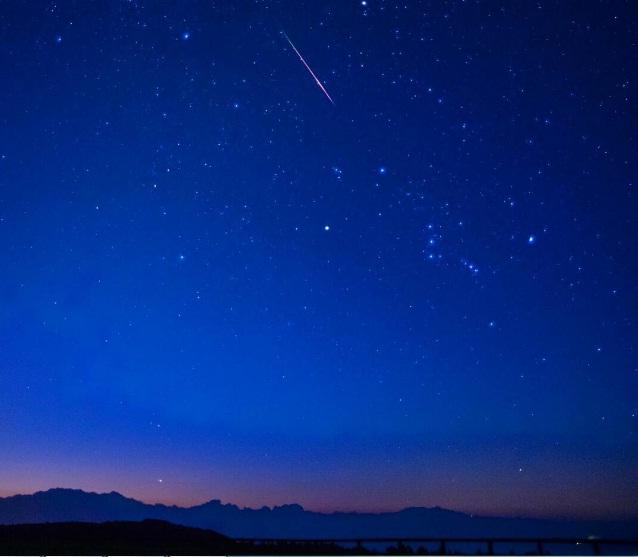 Bầu trời đêm xanh ngắt đón Perseids ở Nagano (Nhật Bản).