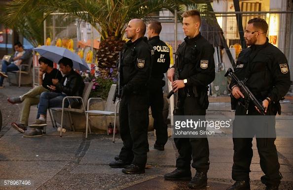 Cảnh sát vũ trang bảo vệ khu vực đi bộ trung tâm thành phố gần Quảng trường Marienplatz.