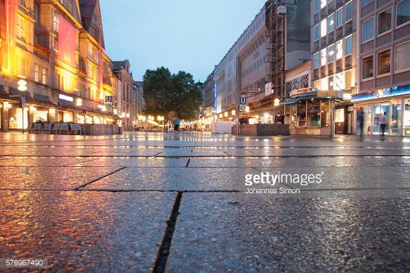 Khu vực trung tâm thành phố cho người đi bộ vắng bóng người sau vụ nổ súng tại một trung tâm mua sắm tại Olympia Einkaufzentrum.